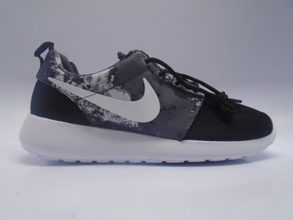 roshe run black print