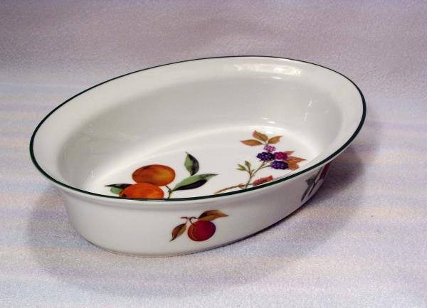 The Royal Worcester EVESHAM Vale Green Trim oval baker appears to be in very good condition and would be a wonderful gift for yourself or someone special! & ROYAL WORCESTER EVESHAM VALE GREEN TRIM ENGLAND 9 1/2\