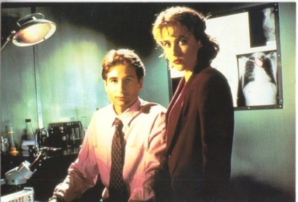 The X-Files 4 x 6 Photo Postcard 1995 Mulder//Scully Crouching #7 NEW UNUSED